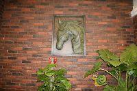 中波褐石公园营销中心墙上雕画