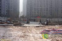 工人们在绿都枫景上东工地现场忙碌着