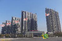 正商城一期项目1#、4#、5#、6#、7#楼正在安装玻璃