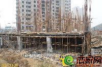 华天公馆5#楼前商铺正在紧张施工中