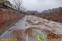 华天公馆布满沙土的道路