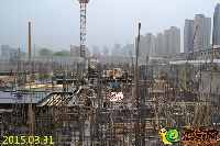 林溪湾1#楼正进行负二层墙柱模板安装