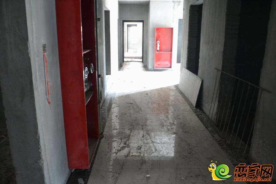 目前内部水电已完成,过道地板砖已铺设完成,楼梯间墙体的涂料已粉刷